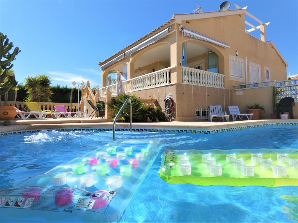 Vrijstaande villa op het zuiden met garage en privé zwembad